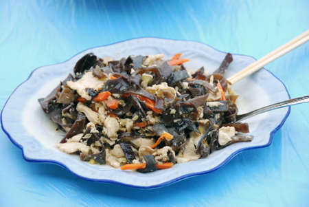 Chinese dish of chicken with mushrooms Фото со стока - 103762325