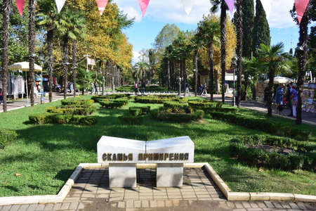 SOCHI, RUSSIA SEPTEMBER 26, 2016: Bench reconciliation in the park Riviera city of Sochi, Russia Редакционное