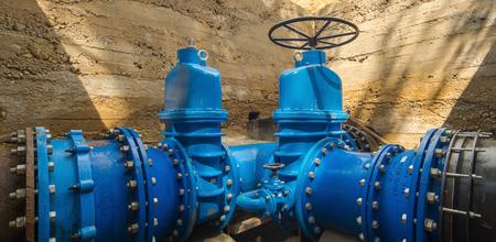 Grandes válvulas en la tubería. Sistema de suministro de agua subterránea.