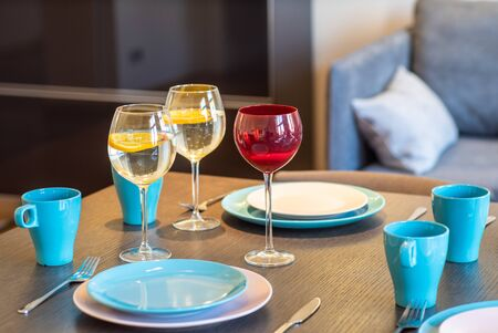 Served table with blue and white plates, blue cups and wine glasses Banco de Imagens