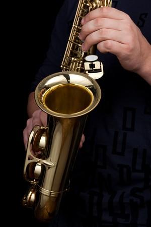 saxof�n: saxo alto de oro en manos del joven Foto de archivo