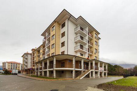 Immeuble d'appartements de cinq étages nouvellement construit.