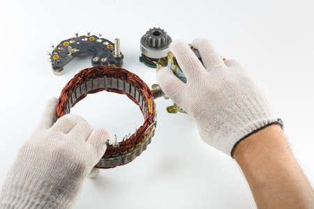 alternateur: La partie électrique du générateur dans la main