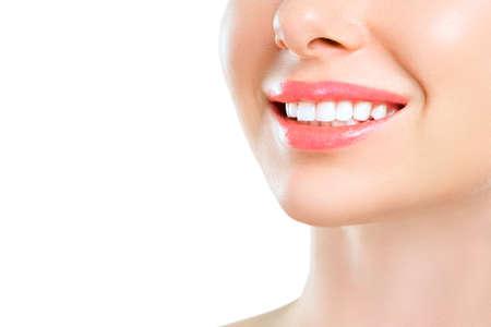 Perfektes gesundes Zahnlächeln einer jungen Frau. Zahnaufhellung. Patientin der Zahnklinik. Bild symbolisiert Mundpflege Zahnmedizin, Stomatologie