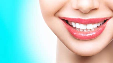 Idealne zdrowe zęby uśmiech młodej kobiety. Wybielanie zębów. Pacjent kliniki stomatologicznej. Obraz symbolizuje stomatologię pielęgnacji jamy ustnej, stomatologię