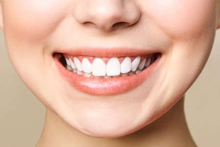 Sorriso perfetto dei denti sani di una giovane donna. Archivio Fotografico