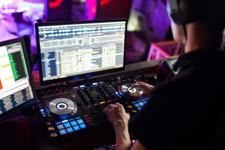 Dj mixes the track in the nightclub at a party. Фото со стока - 140397522