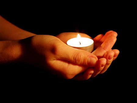 prayer hands: Masterizzazione della candela in una mano nel buio