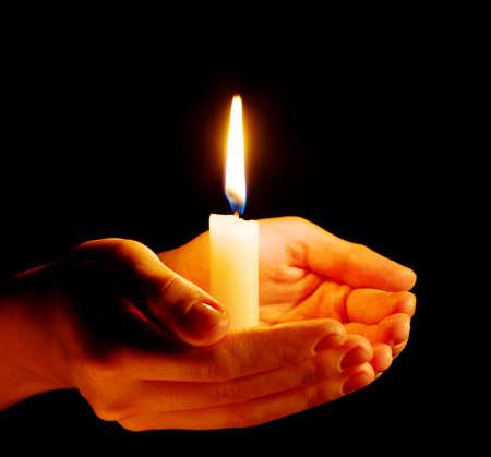 어둠 속에서 손에 촛불을 굽기