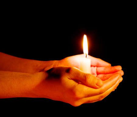 mains ouvertes: Prier les mains sur la Bible ouverte