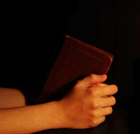 manos orando: Orando manos en Biblia abierta