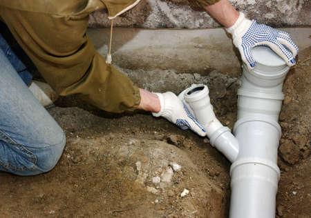 Plombier montage de canalisations d'eaux usées en PVC