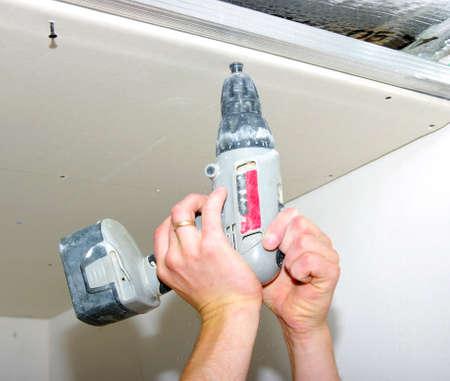 Travailleur de la construction tenant la perceuse à main