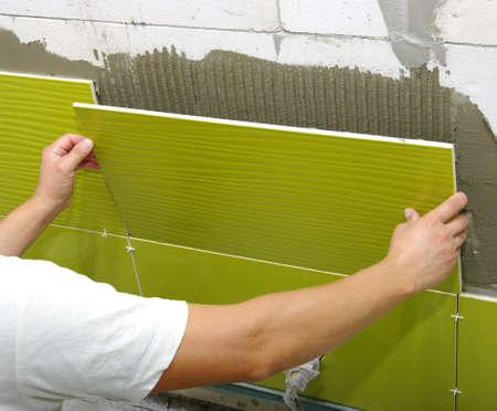 L'homme installe carreaux de céramique Banque d'images