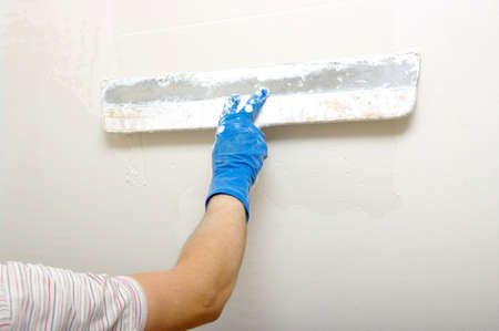 Maître fait plâtre sur un mur Banque d'images