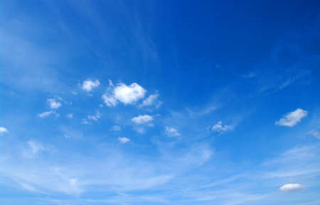the clear sky: fondo de cielo azul con nubes blancas