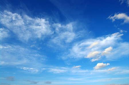 himmel mit wolken: Hintergrund des blauen Himmels mit weißen Wolken