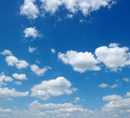 the sky clear: fondo de cielo azul con nubes blancas