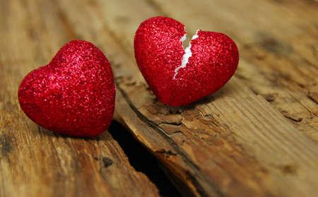 zdradę: Złamane serca na powierzchni drewna