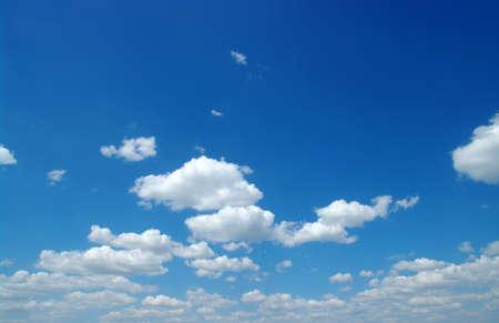cielo despejado: cielo azul con nubes blancas