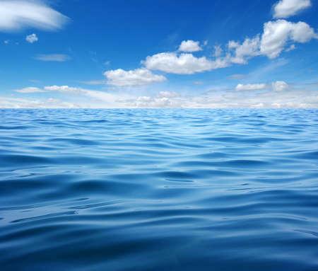 Blauwe zee wateroppervlak op hemel Stockfoto