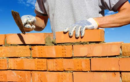 壁にレンガを積む職人 写真素材 - 27506408
