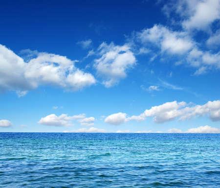 cielo azul: Azul superficie del agua del mar en el cielo