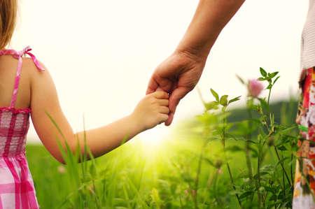 필드에서 서로를 들고 어머니와 딸의 손 스톡 콘텐츠