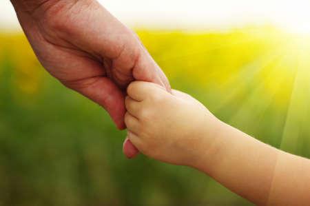 母と娘のフィールドにお互いを保持しての手