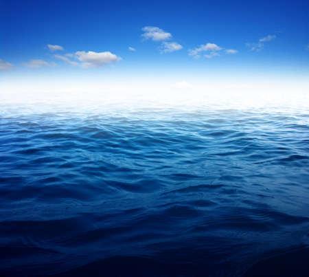 Blauwe zeewateroppervlakte op de lucht Stockfoto