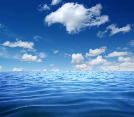 Blauwe zeewateroppervlakte op de lucht