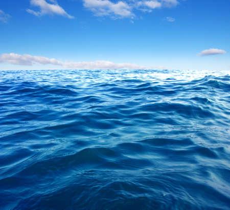 Blauwe zee wateroppervlak op hemel