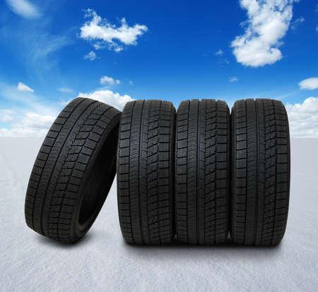 nieuwe zwarte banden voor auto op sneeuwveld in de winter