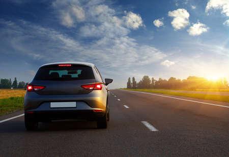 車は、道路上の光。