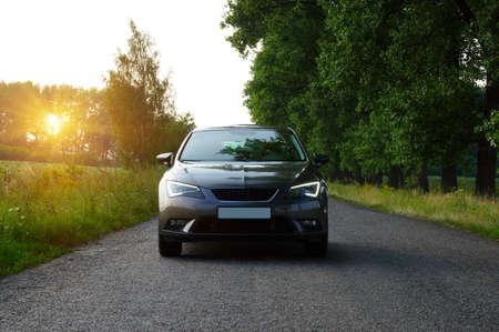 汽车和光在路上。