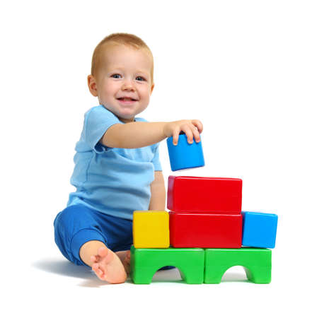 Garoto jogando brinquedo isolado no fundo branco Foto de archivo