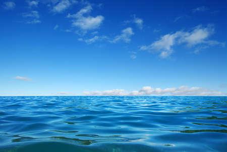 Blauwe zeewateroppervlakte op hemel Stockfoto