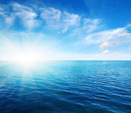 Blauwe zeewateroppervlakte op hemel