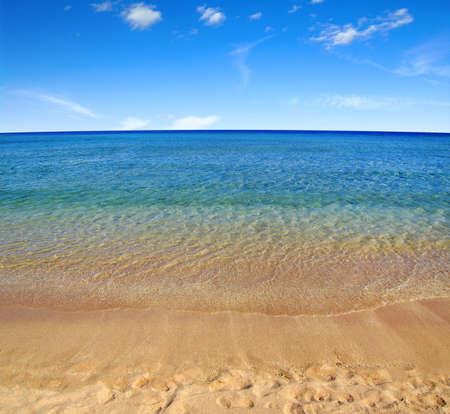 Strand und Meer am Himmel