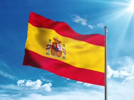 푸른 하늘에 물결 치는 스페인 국기 스톡 콘텐츠