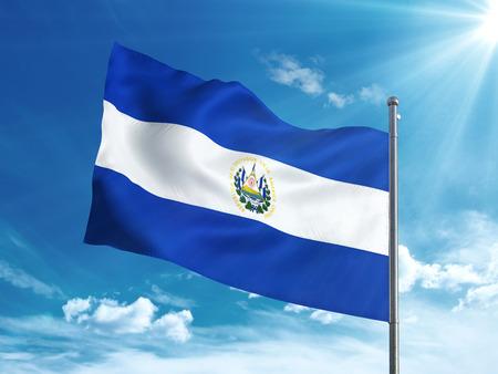 bandera de el salvador: Bandera de El Salvador ondeando en el cielo azul