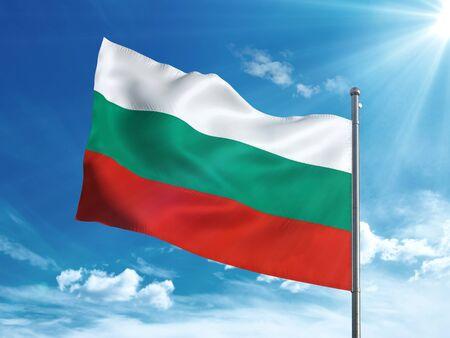 푸른 하늘에 물결 치고 불가리아 플래그 스톡 콘텐츠