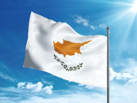 Cyprus vlag zwaaien in de blauwe lucht Stockfoto