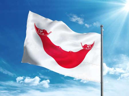 Isla de Pascua - Bandera de Rapa Nui ondeando en el cielo azul