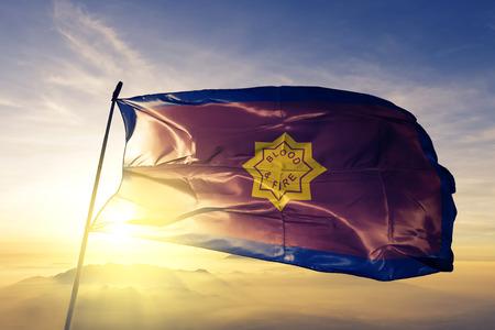Standard del tessuto di stoffa della bandiera dell'Esercito della Salvezza che ondeggia sulla nebbia della nebbia dell'alba superiore
