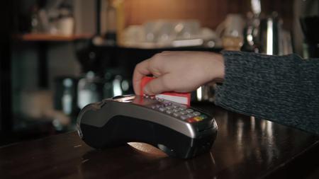 Gros plan avec lecteur de carte de crédit au café Banque d'images - 69968397