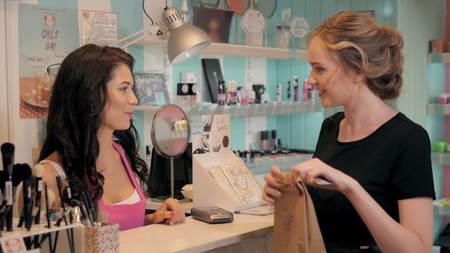 Vue de profil d'une jolie jeune femme de payer par carte de crédit dans un magasin Banque d'images - 69968301