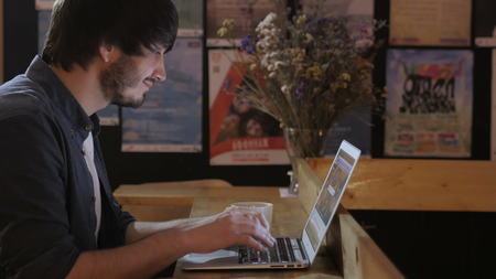 Groupe des entrepreneurs travaillant en utilisant un ordinateur portable et la tenue d'un document Banque d'images - 70499217
