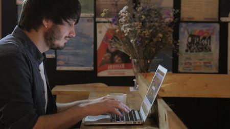 Groupe des entrepreneurs travaillant en utilisant un ordinateur portable et la tenue d'un document Banque d'images - 70499218