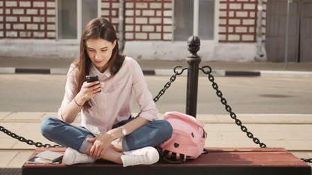 Jeune étudiant en utilisant un ordinateur tablette extérieur d'un bâtiment Banque d'images - 70499230